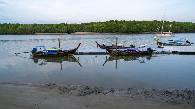 Barco de Longtail con reflejo en la salida del sol hermosa de la mañana del mar sobre el mar y el bosque del mangle en Phang Nga  fotografía de archivo