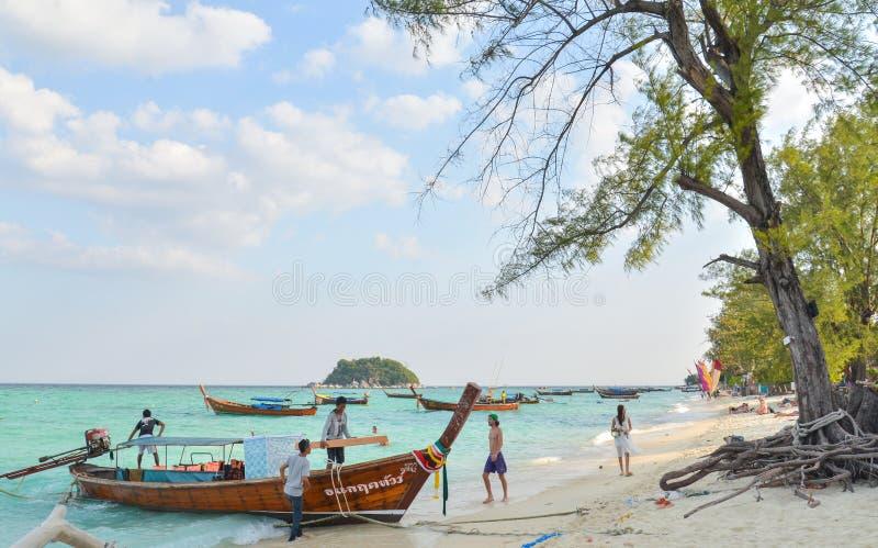 Barco de Longtail en la playa de la salida del sol imagen de archivo libre de regalías