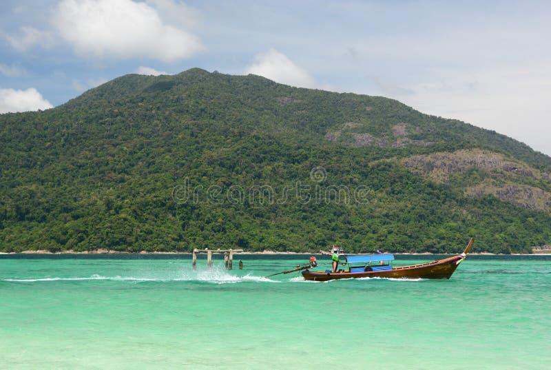 Barco de Longtail que navega entre Ko Lipe y Ko Adang Provincia de Satun tailandia imágenes de archivo libres de regalías