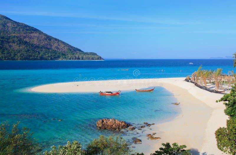 Barco de Longtail y playa blanca hermosa de la arena en día soleado en Koh Lipe fotos de archivo libres de regalías