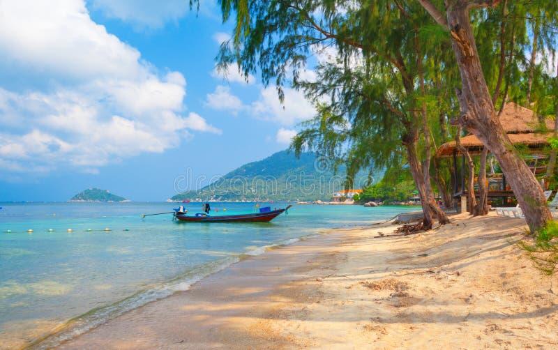 Barco de Longtail y playa hermosa. KOH Tao, Thaila fotos de archivo