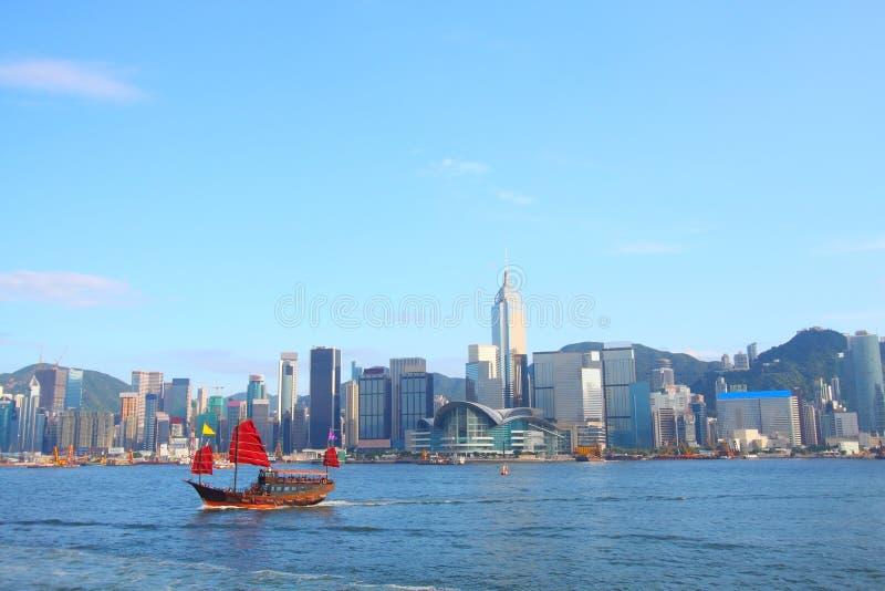Barco de los desperdicios en Hong-Kong en el puerto de Victoria imagen de archivo