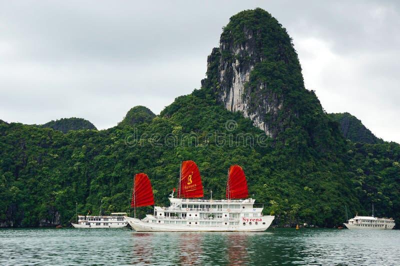Barco de los desperdicios en la bahía larga de la ha, Vietnam imágenes de archivo libres de regalías