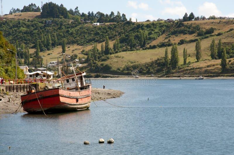 Barco de los pescadores - Castro Bay - Chile foto de archivo