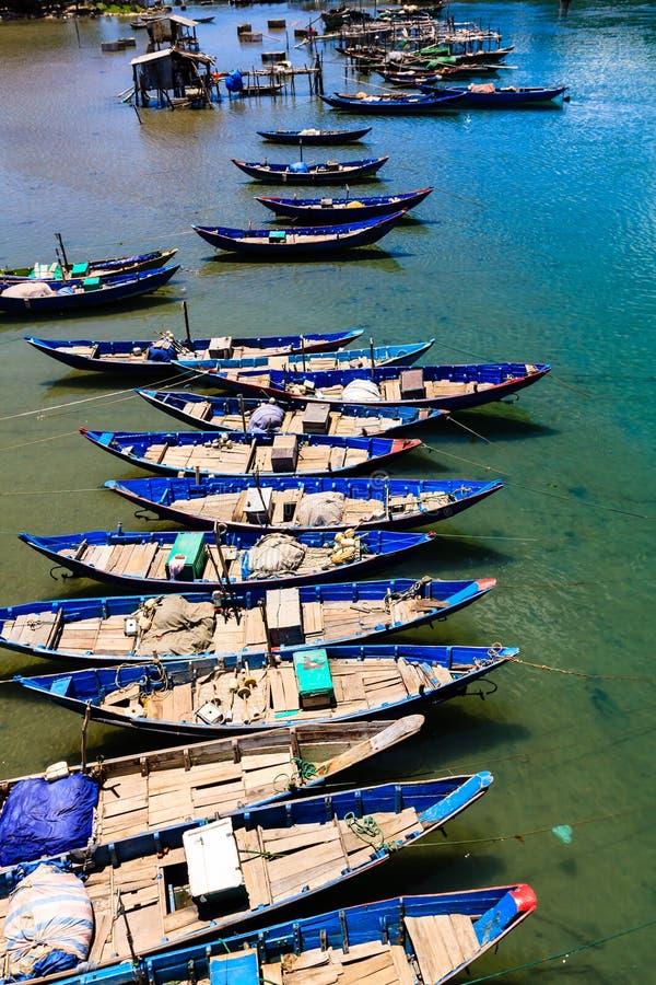 Barco de los pescados en la playa de Lang Co fotos de archivo