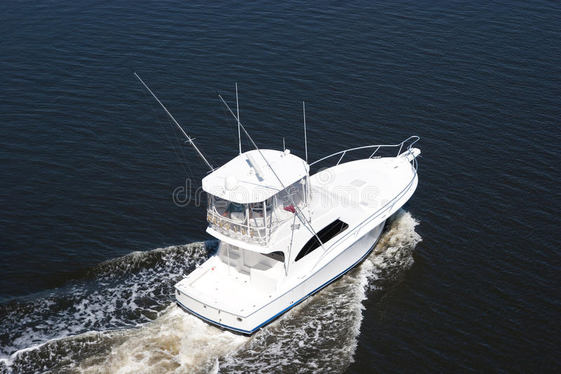 Barco de lujo blanco en el mar imagenes de archivo