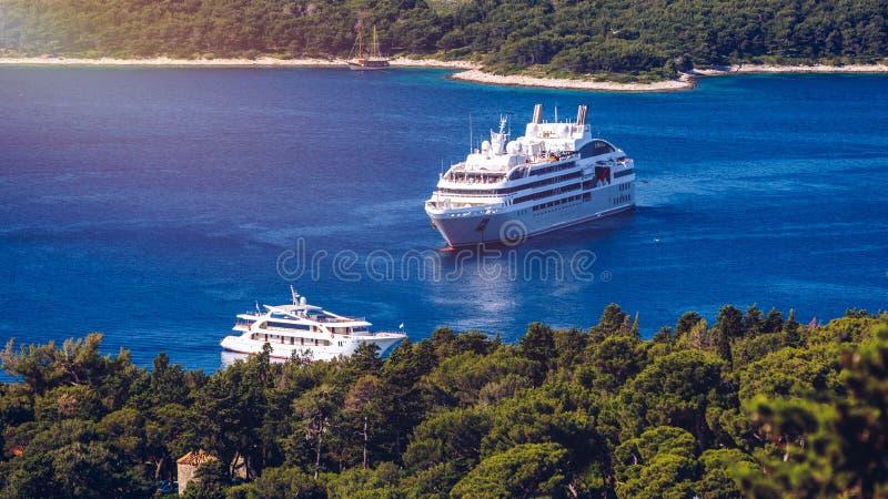Barco de lujo de la travesía con la isla tropical, visión panorámica Concepto de travesía de larga distancia entre los continente imágenes de archivo libres de regalías