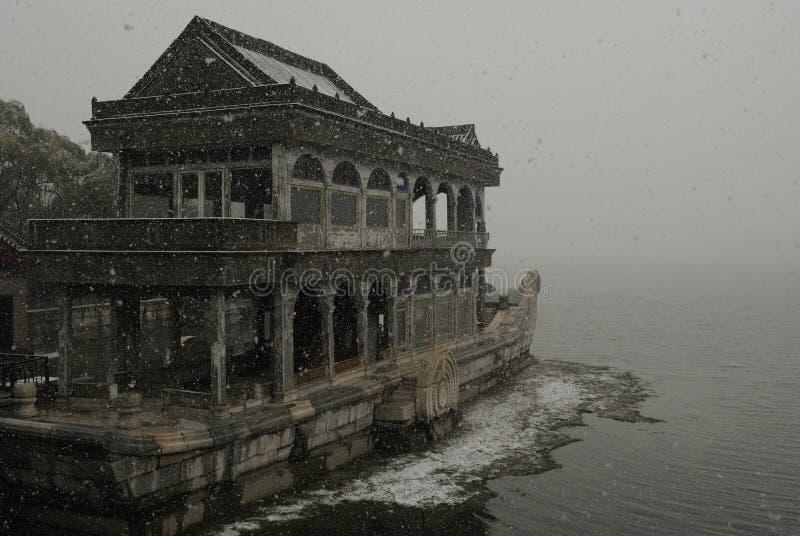 Barco de mármol abarcado en nieve fotografía de archivo