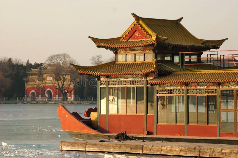Barco de mármol del palacio de verano imagenes de archivo