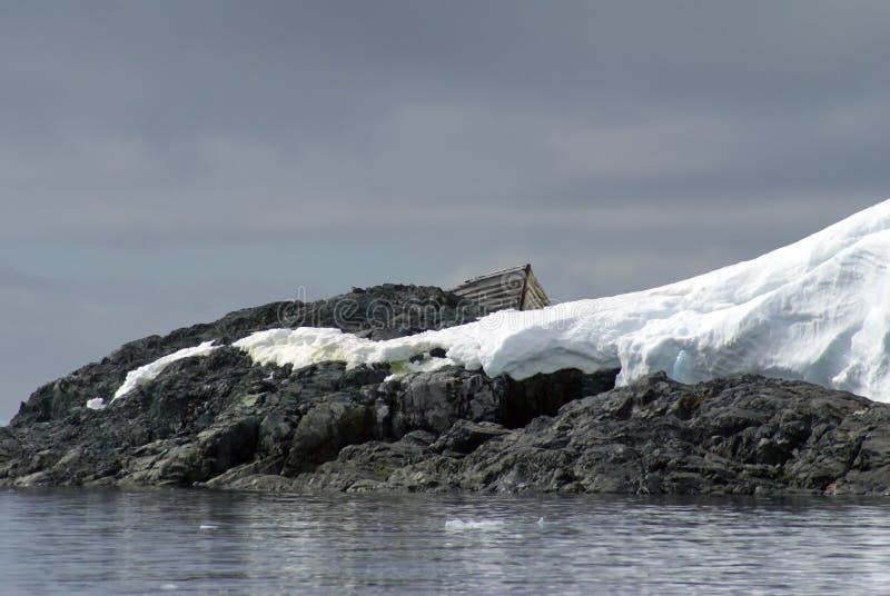 Barco de madeira da baleação encalhada na Antártica foto de stock