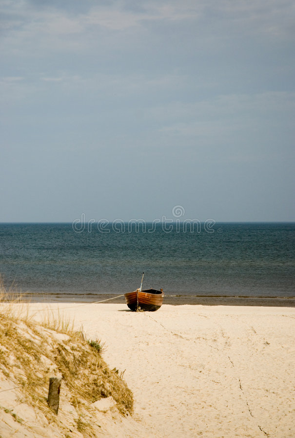 Barco de madeira na praia imagens de stock