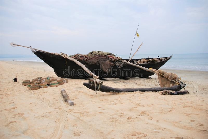 Barco de madeira na praia, Goa imagens de stock