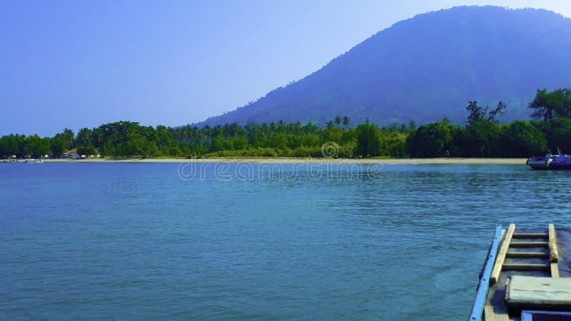 Barco de madeira de navigação tradicional no estacionamento da água no porto nas férias de verão em Lampung, Indonésia imagens de stock royalty free