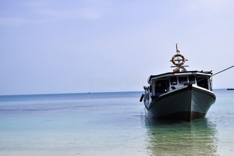 Barco de madeira de navigação tradicional no estacionamento da água no porto nas férias de verão em Lampung, Indonésia fotografia de stock royalty free