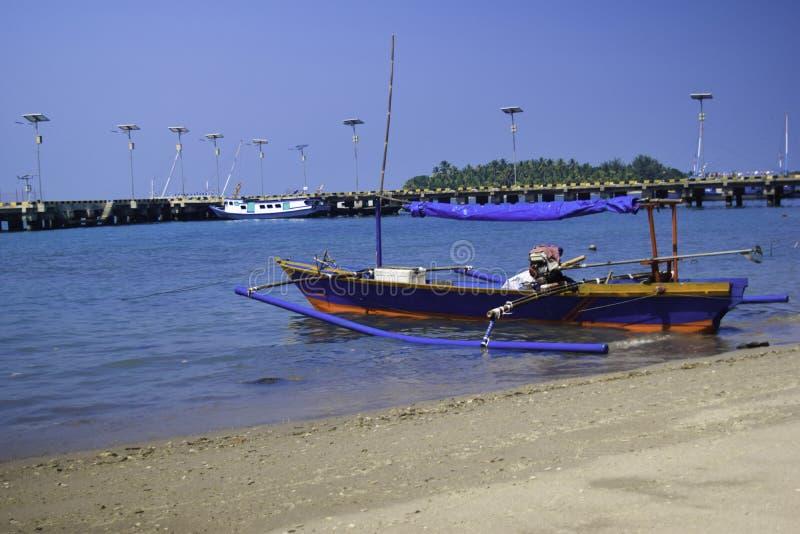 Barco de madeira de navigação tradicional no estacionamento da água no porto nas férias de verão em Lampung, Indonésia fotografia de stock