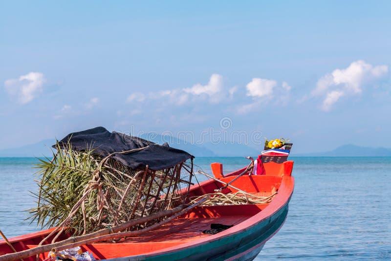 Barco de madeira no mar foto de stock