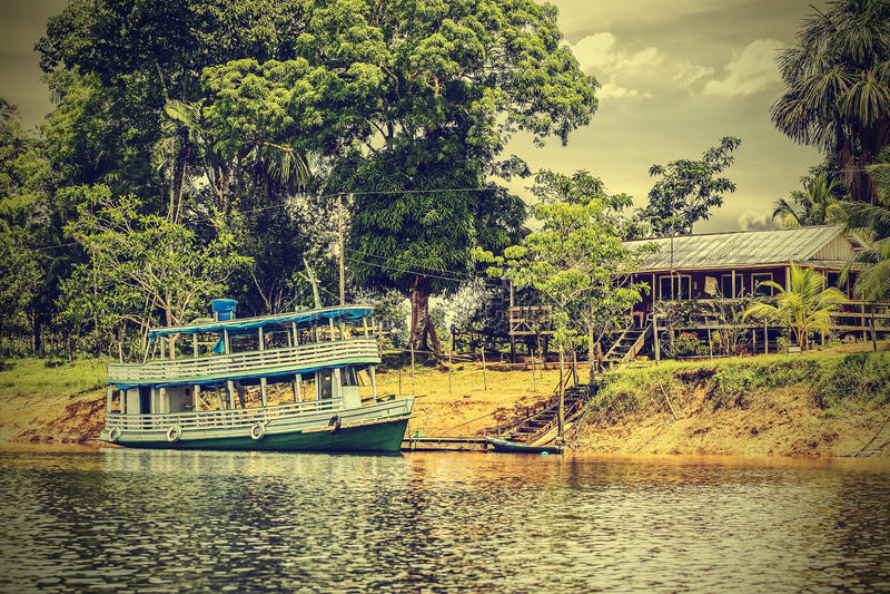 Barco de madeira no Rio Amazonas, Brasil, instagram retro do vintage fotografia de stock royalty free