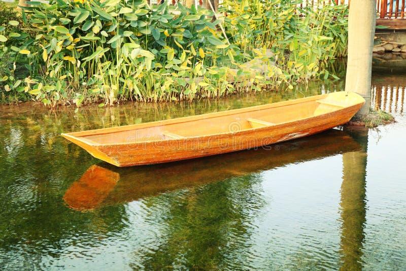 Barco de madeira pequeno na lagoa fotos de stock royalty free