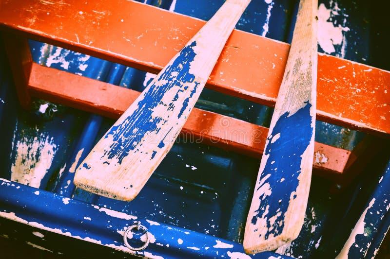Barco de madeira resistido velho com pás foto de stock royalty free