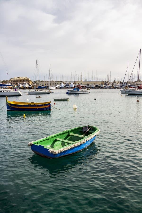 Barco de madeira velho azul e verde em Manoel Island Yacht Yard em Gzira, Malta fotografia de stock