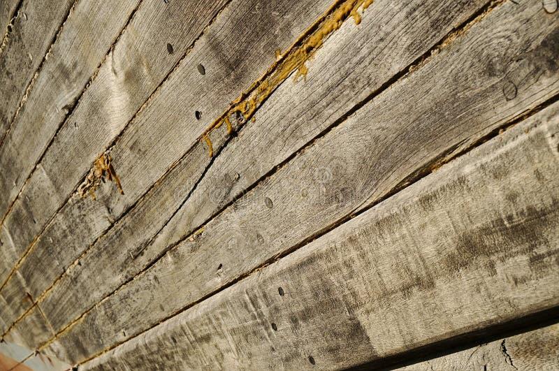 Barco de madeira velho que está sendo restaurado imagens de stock