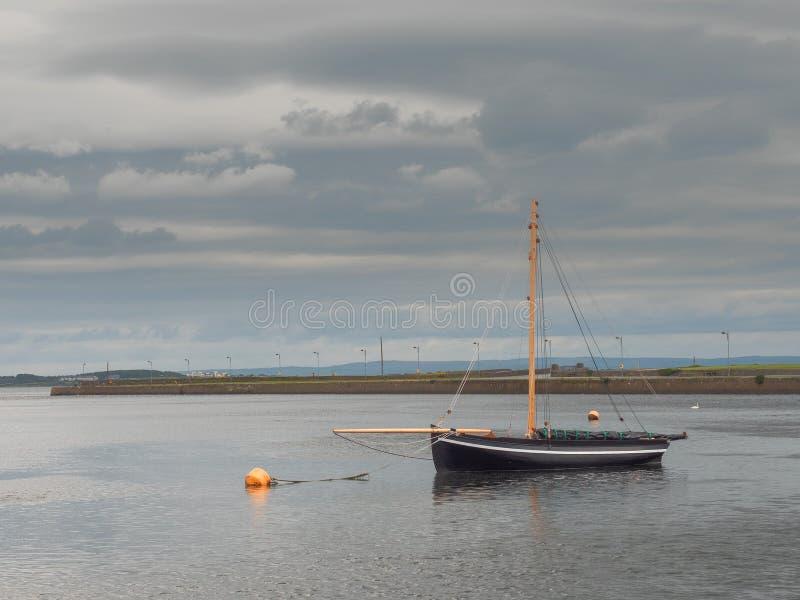 Barco de madera del comercio negro de la puta en la bahía de Galway, tradición del concepto, vintage, historia arte fotografía de archivo libre de regalías