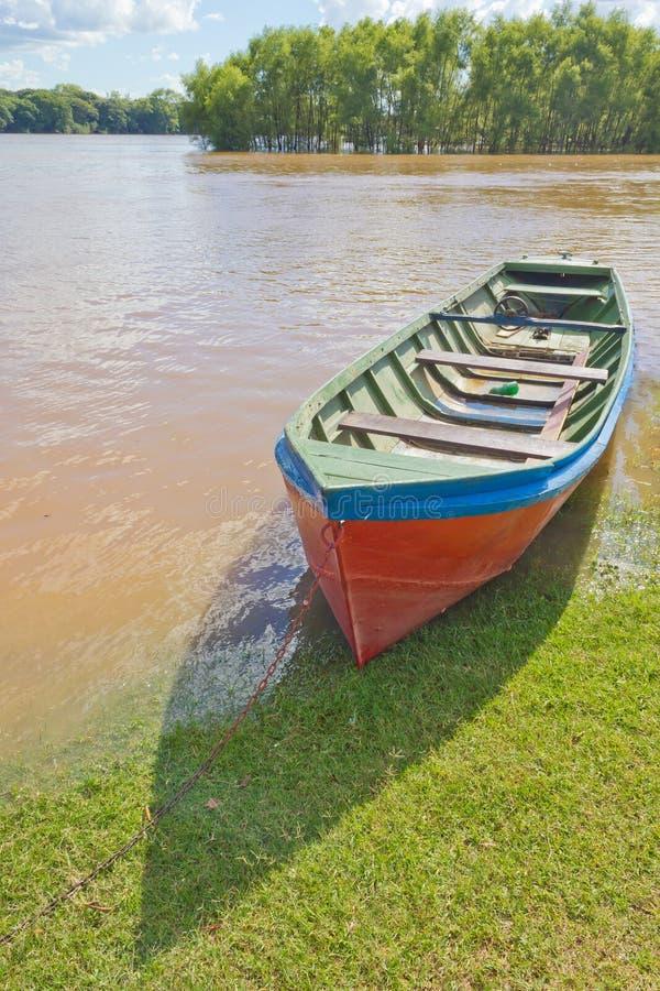 Barco de madera durante una inundación en el río de Rio Pardo imagenes de archivo