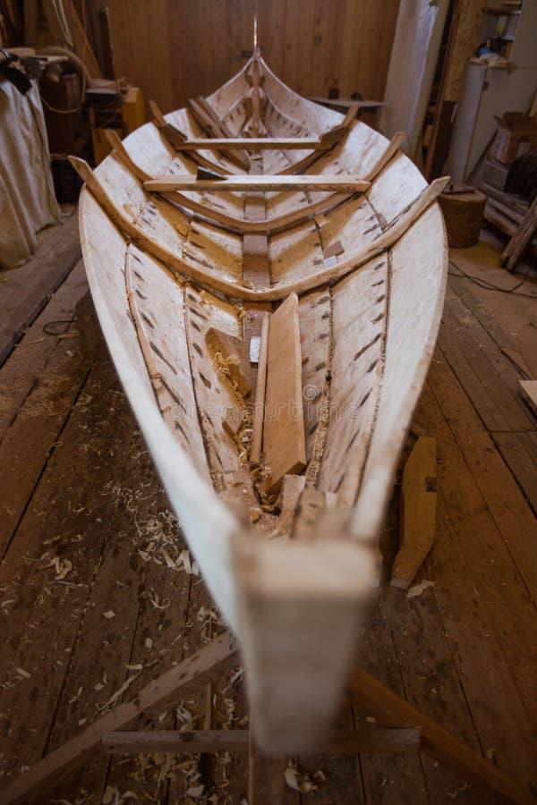 Barco de madera en el granero foto de archivo
