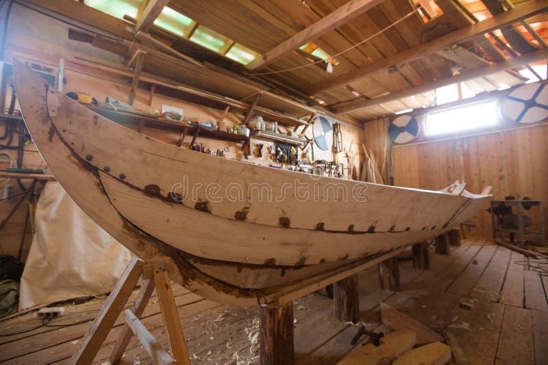 Barco de madera en el granero imagenes de archivo