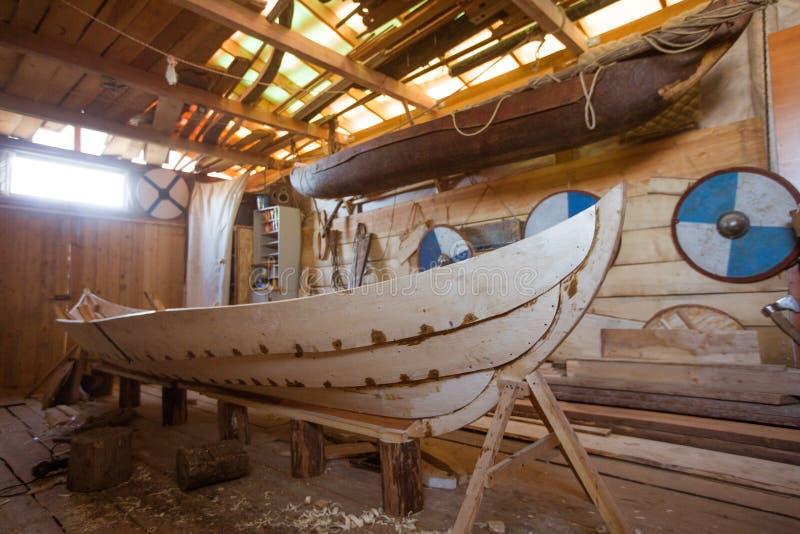 Barco de madera en el granero imágenes de archivo libres de regalías
