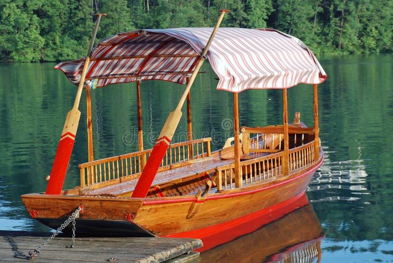 Barco de madera en el lago sangrado foto de archivo