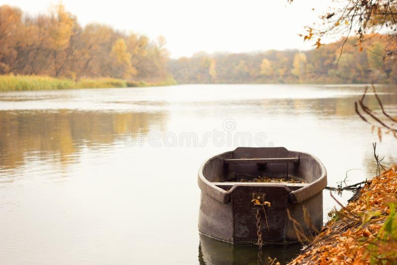 Barco de madera en el río, fotos de archivo