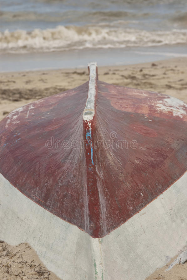 Barco de madera en la arena y la resaca, Progreso, México fotos de archivo