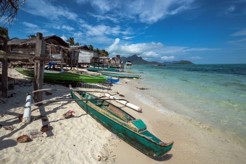 Barco de madera en la costa foto de archivo libre de regalías