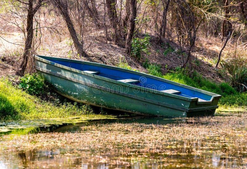 Barco de madera en un santuario imagenes de archivo