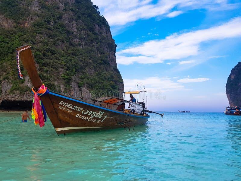 Barco de madera sobre el mar imagen de archivo