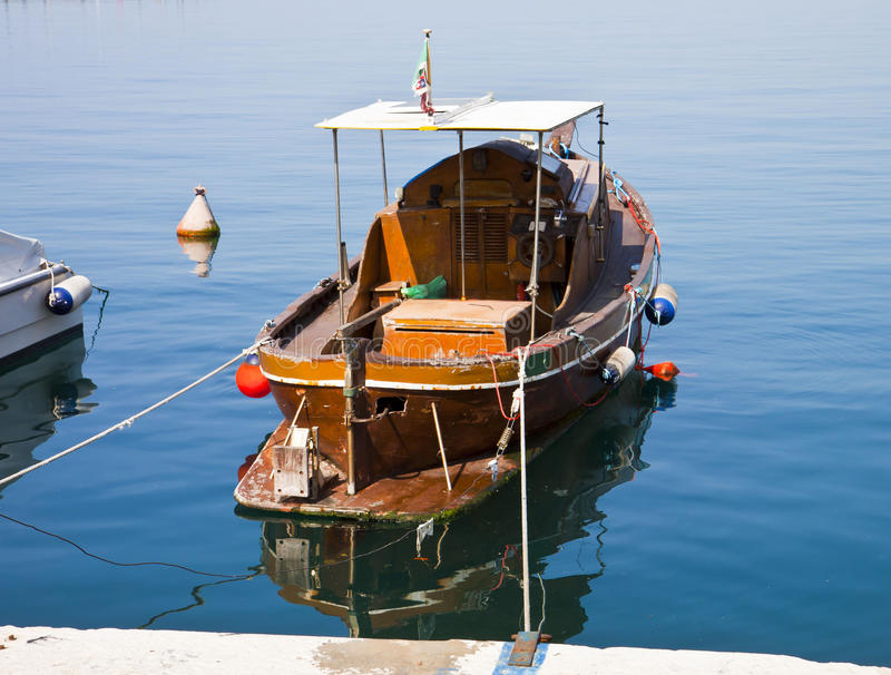 Barco de madera viejo amarrado en el embarcadero fotos de archivo