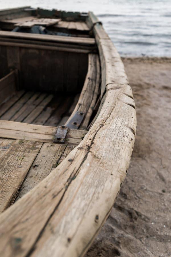 Barco de madera viejo en el coste del mar fotos de archivo