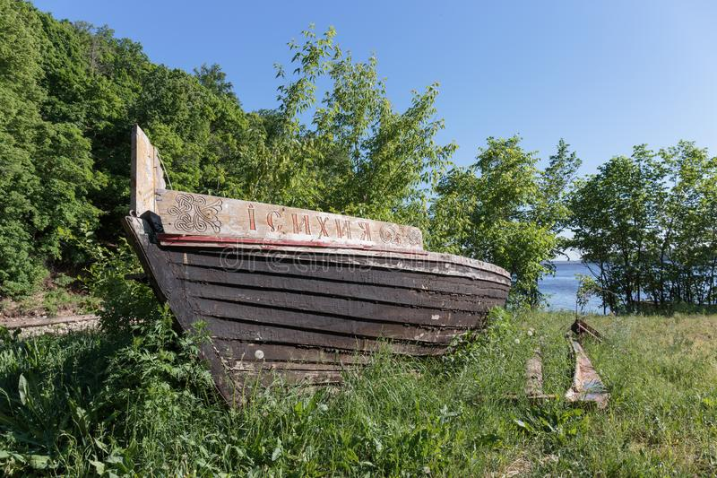 Barco de madera viejo en la playa imagenes de archivo