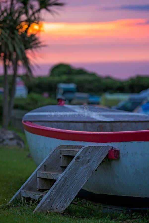 Barco de madera y cielo de Cornualles de la puesta del sol imagen de archivo libre de regalías