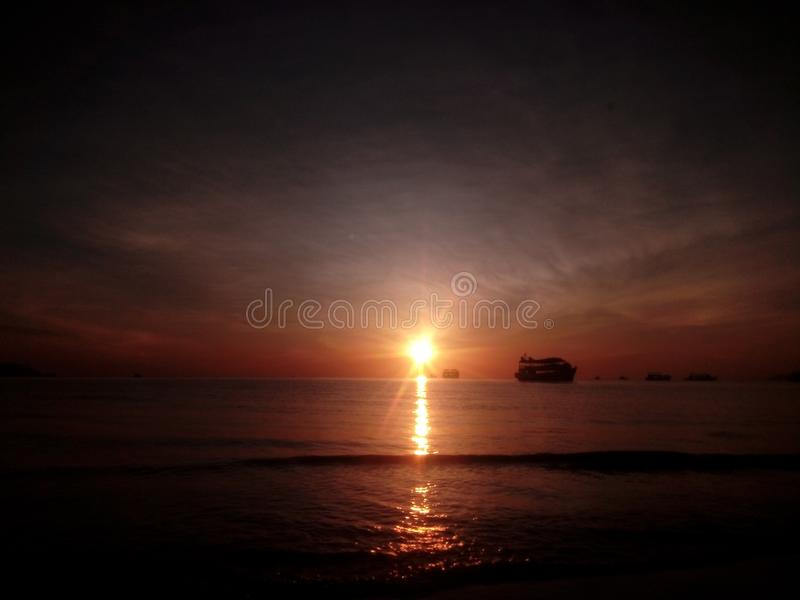 Barco de mar do céu de Sun imagem de stock