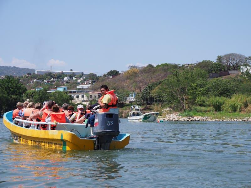 Barco de motor amarillo con los turistas en paisaje del río de Grijalva en el barranco de Sumidero del estado de Chiapas en Méxic fotografía de archivo libre de regalías