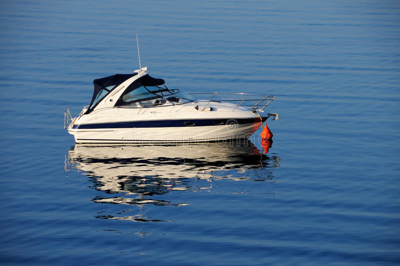 Barco de motor asegurado imagenes de archivo