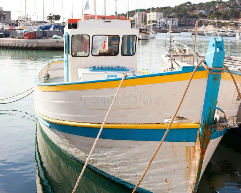 Barco de motor blanco viejo en el muelle en casis fotos de archivo libres de regalías