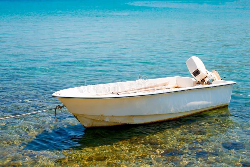 Barco de motor branco imagem de stock