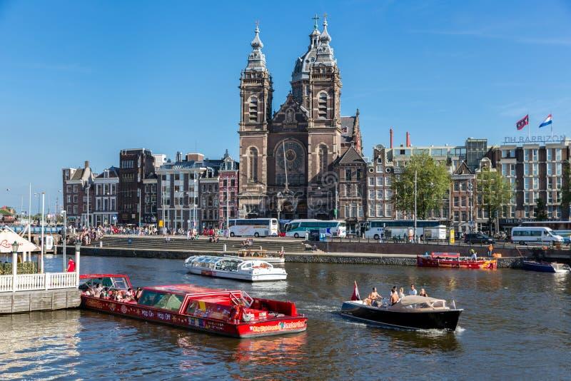 Barco de motor con los turistas en una travesía del canal en Amsterdam fotos de archivo