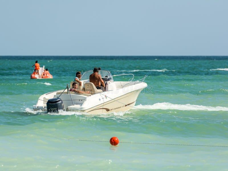 Barco de motor de la gente que monta imagen de archivo libre de regalías