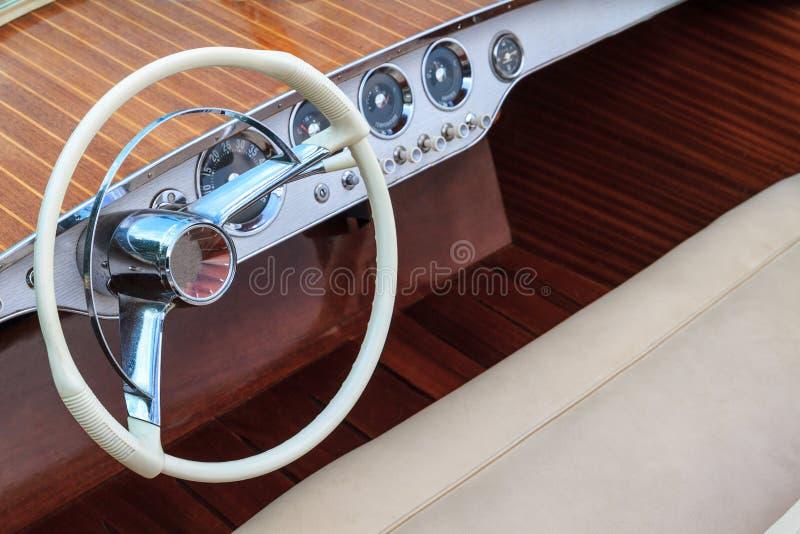Barco de motor de madera de lujo - asientos del volante y del cuero foto de archivo libre de regalías