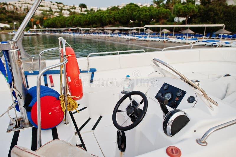 Barco de motor del volante del yate en un mar azul tranquilo de Bodrum, Turquía imagen de archivo libre de regalías