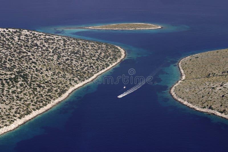Barco de motor en el archipiélago de Kornati fotografía de archivo libre de regalías